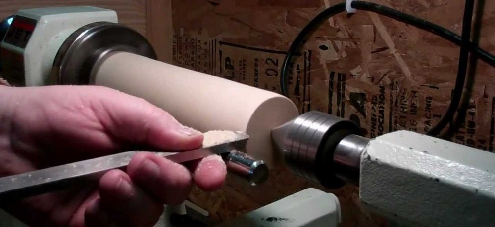 How does a lathe machine work?